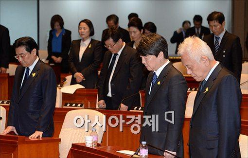 [포토]세월호 희생자를 위해 묵념하는 새정치연합