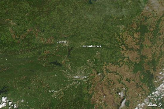 ▲토네이도 이후의 모습, 도심지역은 폐허가 됐고 산들의 나무가 뿌리 째 봅혔다.[사진제공=NASA]