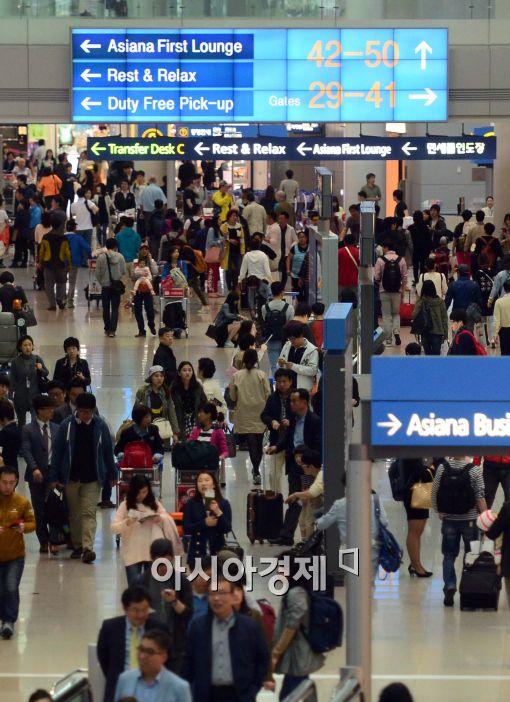 [포토]황금연휴 맞아 붐비는 인천공항
