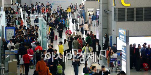 [포토]황금연휴 맞아 출국하는 시민들