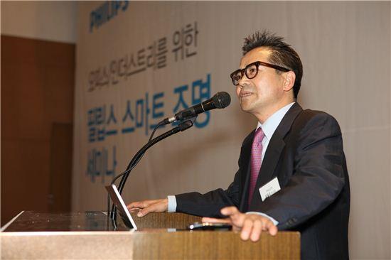 김일곤 필립스전자 조명사업부 부사장이 스마트조명 세미나에서 강연을 하고 있다.