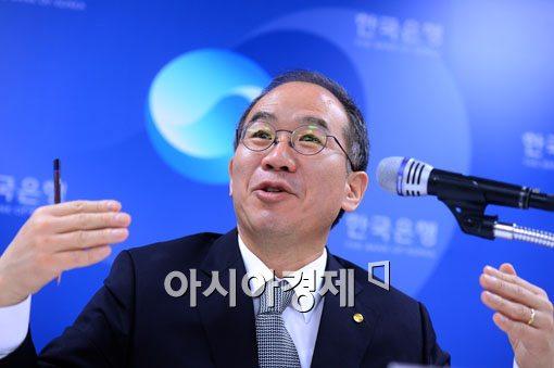 [포토]질의응답하는 강태수 한국은행 부총재보