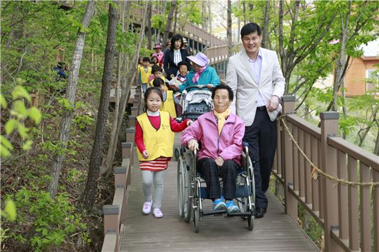 <보성군에 위치한 제암산 자연휴양림 '더늠길'은 데크를 설치해 어르신들과 장애인, 어린이를 동반한 가족단위 관광객이 함께 숲속 산책을 하기에 안성맞춤이다.>