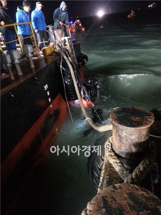 ▲29일 오후 8시 다이빙벨의 수색작업 투입을 위해 민간 잠수사 2명이 버팀줄 가고정을 마치고 바지선 위로 올라오고 있다.