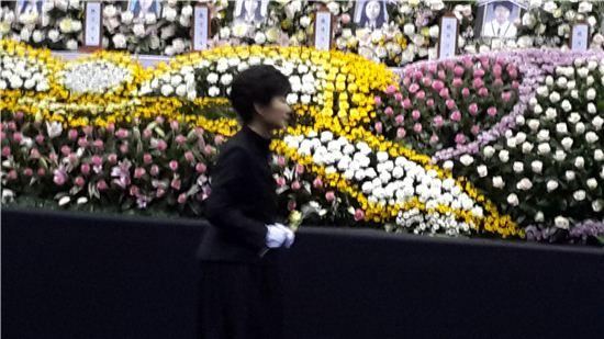 박근혜 대통령이 29일 안산 단원구 화랑유원지 정부합동분향소를 방문해 조문하고 있다.
