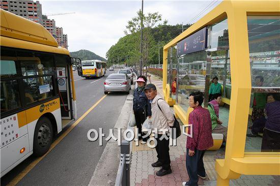 광주광역시 동구(구청장 노희용)는 1일 주남마을 입구에 대중교통을 이용하는 시민들이 눈·비를 피할 수 있고 앉아서 기다릴 수 있는 쉘터형 버스 승강장을 설치했다. 사진제공=광주시 동구
