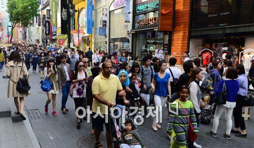 [포토]외국인 관광객들로 붐비는 명동 거리