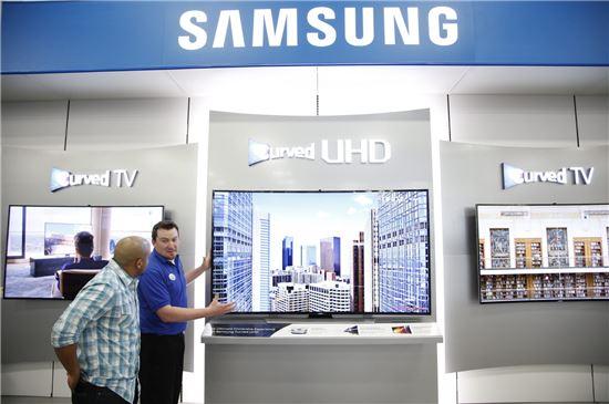 삼성전자가 미국 최대 가전 유통업체 베스트바이에 숍인숍 형태의 '커브드 UHD TV' 체험 공간을 마련하고 나섰다.