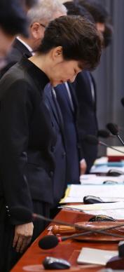 박근혜 대통령이 4월 29일 국무회의에 앞서 묵념을 하고 있다.(사진 : 청와대)