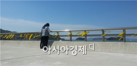 3일 오전 전남 진도군 팽목항에서 한 실종 학생 어머니가 바다를 바라보며 기도하고 있다.