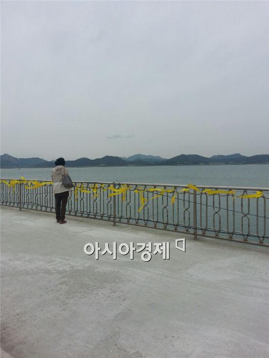 세월호 침몰사고 19일째인 4일 오후 진도 팽목항을 찾은 한 어머니가 바다를 바라보며 기도하고 있다.