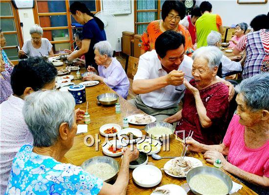 허남석 곡성군수 예비후보가 노인 요양시설을 방문해 어르신들을 위로 격려하고 있다.