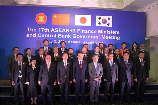 이주열 한국은행 총재(첫 번째 줄 오른쪽 세 번째)가 3일 카자흐스탄 아스타나에서 열린 제17차 아세안+3 재무장관·중앙은행총재 회의에서 참석자들과 기념촬영을 하고 있다.