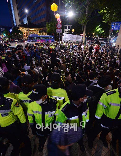 [포토]경찰들에게 둘러싸인 침묵시위 참가자들
