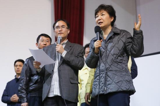 지난달 17일 세월호 사고현장을 방문한 뒤 실종자 가족들이 머물고 있는 진도실내체육관을 찾아 가족들과 대화하고 있는 박근혜 대통령.(사진 : 청와대)