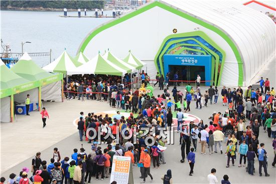 연휴을 맞아 완도해조류 박람회 생태관을 관람하기 위해 관광객들이 길게 줄을 서서 대기하고 있다.