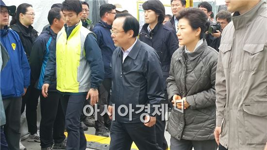 세월호 침몰사고 19일째인 4일 오후 12시5분께 박근혜 대통령이 진도 팽목항을 찾아 실종자 가족들을 만나기 위해 걸어가고 있다.