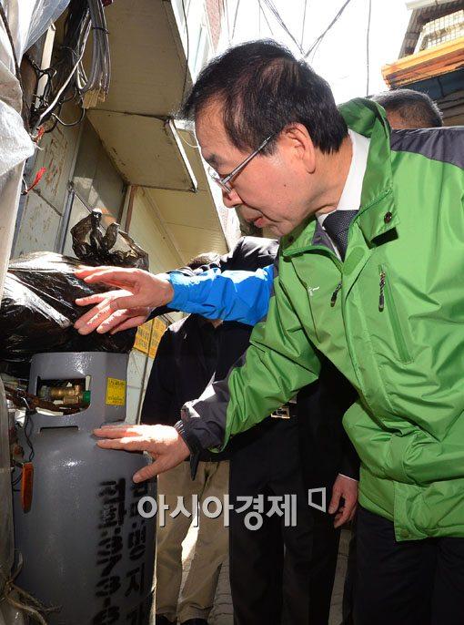 [포토]가스통 확인하는 박원순 서울시장