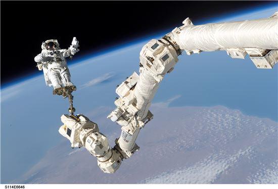 ▲우주비행사가 ISS 바깥으로 나와 유영을 펼치고 있다.[사진제공=NASA]