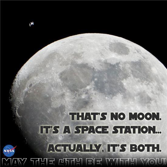 ▲왼편 위쪽의 아주 작은 모습으로 보이는 국제우주정거장이 달 위를 지나고 있다.[사진제공=NASA]