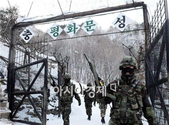 비무장지대에서 근무중인 장병들<사진제공=국방부>
