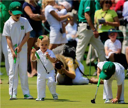 골프는 어릴 때부터 배울수록 효과가 배가되지만 반드시 놀이를 통해 습득하도록 해야 한다. 사진은 지난 4월 마스터스 '파3 콘테스트'에서 선수 아이들이 그린 위에서 퍼팅을 하며 노는 장면. 사진=Getty images/멀티비츠