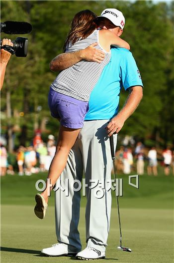 J.B.홈스가 웰스파고 우승 직후 아내 사라와 포옹하며 우승의 기쁨을 만끽하고 있다. 샬럿(美 노스캐롤라이나주)=Getty images/멀티비츠