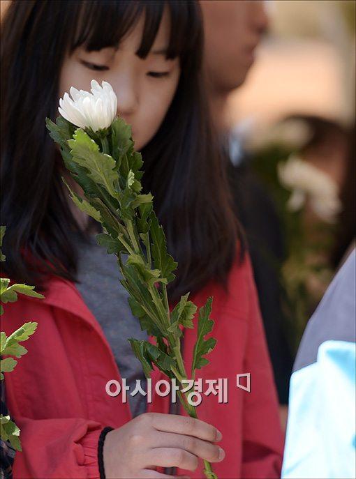 [포토]국화꽃 든 고사리손