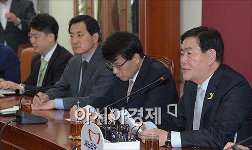 [포토]기자회견 갖는 최경환 원내대표