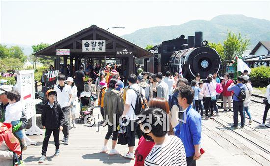 지난 어린이날 황금연휴 기간동안 섬진강기차마을에는 수 많은 관광객들이 찾아와  인산인해를 이뤘다.