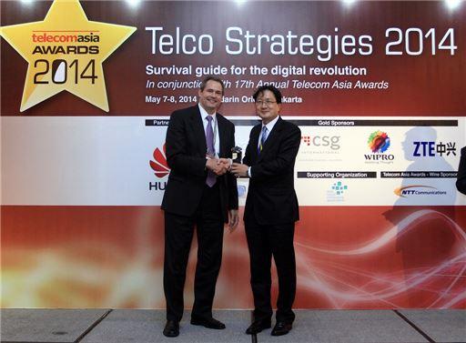 박종관 SK텔레콤  코어 네트워크 랩(Core Network Lab)장(사진 오른쪽)이 텔레콤 아시아(Telecom Asia)측으로 부터 '최우수 이동통신 사업자(Best Mobile Carrier)'상을 수여받고 있다.