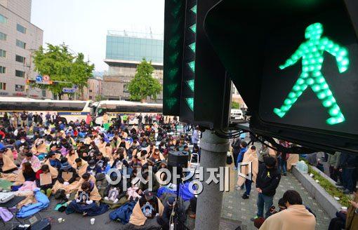 ▲지난 9일 세월호 유가족들이 박근혜 대통령과의 면담을 요구하며 청와대 인근에서 경찰과 대치하고 있다.