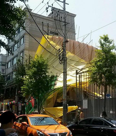 ▲가로수길 건물붕괴 현장.(사진= 트위터리안 @L_yu***)