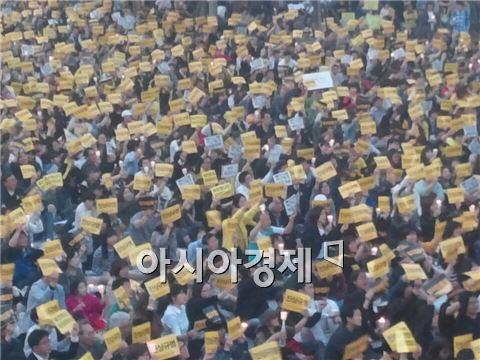 ▲10일 오후 안산 촛불집회에서 구호를 외치고 있는 시민들.