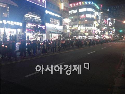 ▲10일 오후 촛불문화제가 끝나고 진행된 행진.
