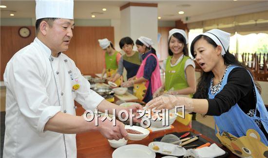 포스코패밀리가 광양시 다문화가족 지원센터와 함께 다문화가정 여성을 위한 '한국요리 특별교실'을 열고 있다.