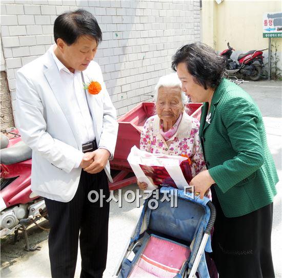 광주시 광산구는 어버이날을 맞아 서애순 할머니(95)와 김용기 할아버지(92)에게 장수선물을 전달했다.