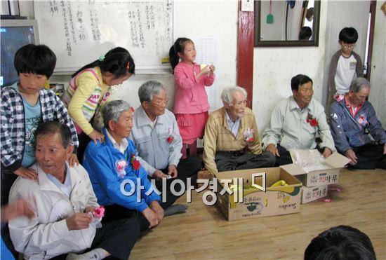 장흥군은 어버이날을 맞아  남여 대표 경로당을  방문 어르신들에게 카네이션을 달아 드리는 효사랑 나눔행사 실천  했다.