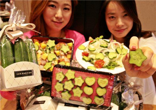 ▲ 갤러리아명품관 식품관인 고메이 494에서 모델들이 '사랑과 별이 방울방울' 상품을 소개하고 있다.