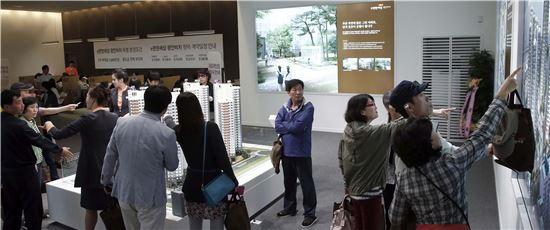 대림산업과 삼호가 부산 민락동에 공급하는 'e편한세상 광안비치' 견본주택에 지난 9일 개관 이후 사흘 동안 1만5000여명이 방문했다.(출처: 대림산업)