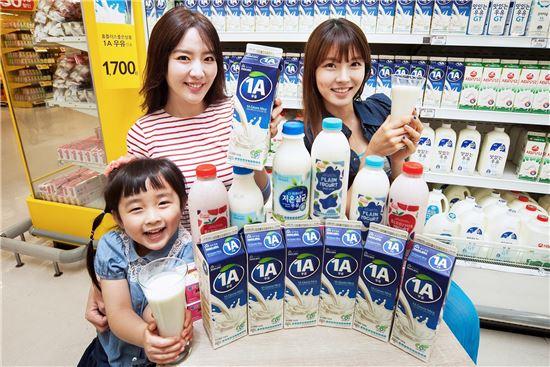 ▲ 11일 홈플러스 일산 킨텍스점에서 모델들이 연중상시저가 PB 우유를 소개하고 있다.