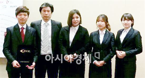 장려상을 수상한 이승수, 심사위원, 장나래, 안혜수, 김수림 학생이 기념촬영을 하고있다. <왼족부터>