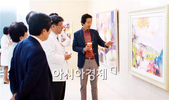 전남대병원은 환자들의  쾌유기원을 기원하기위해  문명호씨  '꽃의 향연'을 개최했다.
