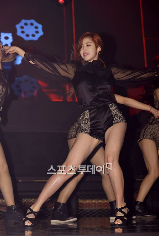 ▲걸 그룹 시크릿 전효성이 첫 번째 싱글 '탑 시크릿(TOP SECRET)' 발매 기념 쇼케이스에서 멋진 무대를 선보이고 있다.