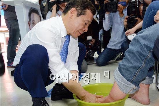 윤장현 새정치민주연합 광주광역시장 후보가 13일 선거사무소 개소식을 갖고 시민대표들의 발을 씻어주고있다.