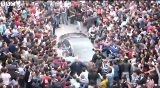 ▲터키 탄광사고에 항의하는 시위대가 에도르안 총리가 탄 차량을 공격했다. (사진: BBC 보도화면 캡처)