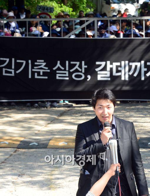 ▲금수원 정문앞에서 구원파 기자회견. 구원파 조계웅 대변인이 성명을 발표하고 있다.