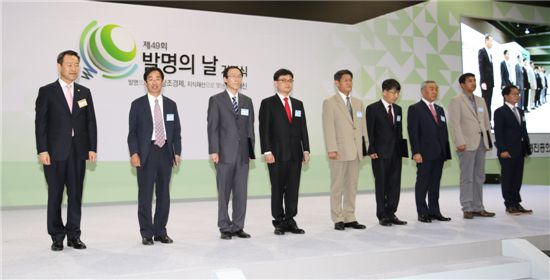 김영민(맨 왼쪽) 특허청장이 발명유공 수상자들과 기념사진을 찍고 있다.