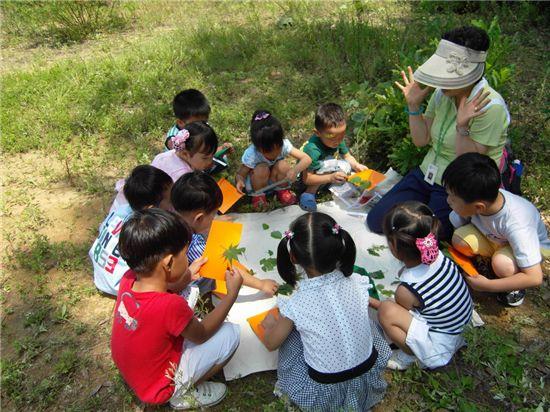 다문화가정 어린이 초청 숲체험 모습
