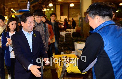 [포토]박원순 서울시장 후보, 노량진 시장 찾아
